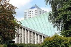 Kupferdach der ev. luth. Auferstehungskirche in Hamburg Lohbrügge - die Kirche wurde mit dem Gemeindezenturm 1968 - 70 vom Architekten Hubert Wolfger entworfen.