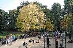 Fischers Park in Hamburg Ottensen - Kinder spielen mit ihre Eltern auf dem Spielplatz.