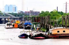 Niedrigwasser / Ebbe im Spreehafen am Berliner Ufer in Hamburg Wilhelmsburg - die Arbeitsschiffe und Hausboote sind trocken gefallen.