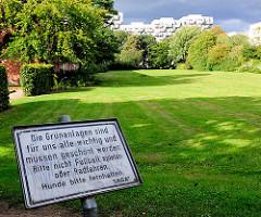 Hinweisschild um die Grünanlage zu schützen - Bilder aus Hamburg Osdorf.