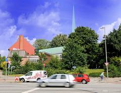 Kirche der Selbständigen Evangelisch-Lutherischen Kirche - Kirche zur Heiligen Dreieinigkeit Hamburg Hamm; Burgstrasse - Strassenverkehr.