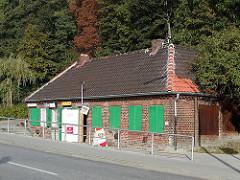 Zum Kiosk umgenutztes Bahnhofsgebäude der Altonaer Hafenbahn Grosse Elbstrasse / Kaistrasse. ( 2005)