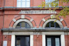 Historisches Schulgebäude - Volksschule, Eingang für Mädchen in HH-St. Georg.