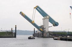 Geöffnete Klappbrücke über die Este - im Hintergrund die Elbe.
