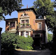 Vorstadtvilla in gelben Klinker - Wohnhaus an der Fuhlsbüttler Strasse vom Hamburger Stadtteil Barmbek Nord.