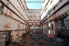 Entkernte historische Industriearchitektur am Schellerdamm in Hamburg Harburg - Gebäude der Harburger Mühlenbetriebe; die Wände sind mit Eisenträgern abgestützt.