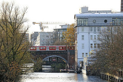 S-Bahnbrücke über dem Suedkanal - Hamburger Stadtteil Hammerbrook.