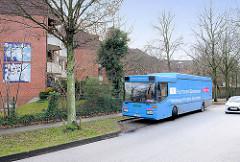 Bibliothek auf Rädern - Bücherbus der Öffentlichen Bücherhalle - Haltstelle Hausbrucher Strasse in Hamburg Hausbruch, Bezirk Harburg.