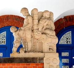 Skulptur am Eingang der ehem. Mädchenschule Telemannstrasse / Heussweg in HH-Eimbüttel.