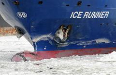 Frachtschiff ICE RUNNER  im Eis der Elbe - Winter in Hamburger - Eisgang im Hamburger Hafen.