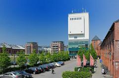Blick über das Gelände des ehemaligen Gaswerks Bahrenfeld - Kohlenhalle Süd und Kohlenturm - moderne neugebaute Wohngebäude.