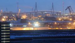 Hamburgs Hafen bei Nacht - Lichter und Kräne - im Hintergrund die Köhlbrandbrücke.
