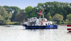 Ruderregatta in der Tatenberger Bucht - das Polizeiboot WS 23 sperrt die Zufahrt der Dove Elbe ab.