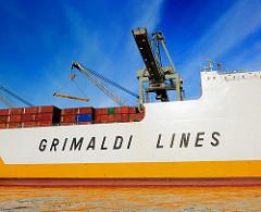 Schriftzug der Grimaldi Lines an der Bordwand eines RoRo Schiffs im Hansahafen.