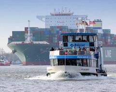 Elbfähre, Hafenfähre Wilhelmsburg in Fahrt - im Hintergrund der Containerfrachter CSCL SATURN. Der 2011 gebaute Fracher hat eine Tragfähigkeit von 165300 t und kann bei einer Länge von 366 m 14074 Container TEU transportieren.
