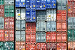 Unterschiedlich farbige Container - gestapelte Metallboxen; Container Terminal Altenwerder.