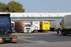 Spedition in Hamburg Billbrook Lastwagen Sattelschlepper, Zugmaschinen und Auflieger mit Containen in der Werner Siemens Strasse, Billbrook.