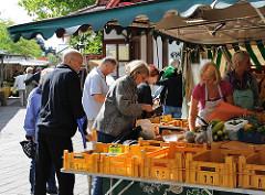 Rahlstedter Wochenmarkt - Gemüsestand in der Rahlstedter Bahnhofsstraße.
