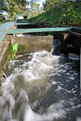 Schnell fliessendes Wasser an der Fischtreppe der Ammersbek
