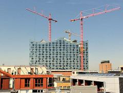 Blick über die Dächer der Hafencity Hamburg zur entstehenden Elbphilharmonie - Baukräne.