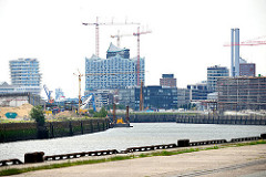 Versmannkai und Petersenkai des Baakenhafens in der Hamburger Hafencity; re. die Baustelle der HafencityUniversität und im Bildzentrum die entstehende Elbphilharmonie.