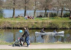 Stadtparksee Spaziergaenger Kanufahrer