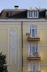 weisser Gründerzeit Stuck an einer gelben Hausfassade in der Loewenstrasse in Hoheluft Ost. Hamburger Architektur in den Stadtteilen.
