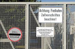 Hinweisschilder am Zollzaun / Zollgrenze vom Hamburger Freihafen - Achtung Freihafen Zollvorschriften beachten; Zoll / Duane.