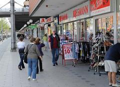 Wandsbeker Marktstrasse - Einkaufsstrasse im Hamburger Stadtteil Marienthal - Passanten auf dem Gehweg, Geschäfte.
