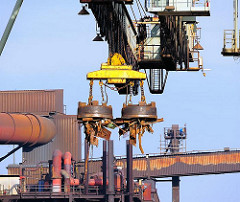 Schrottumschlag mit Magneten - die Ladung des Frachtschiffs wird im Dradenauhafen in Hamburg Waltershof gelöscht.