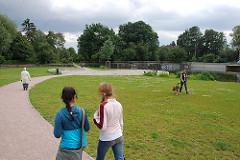 Spaziergängerinnen in der Wendebecken-Grünanlage Hamburg Barmbek, Fussweg mit Wiese.
