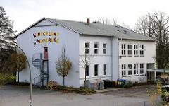 Altes Schulgebäude am Moorburger Elbdeich - Alte Schule - Aufschrift Kinderland Moorburg.