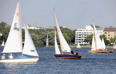 Hamburg im Sommer - Freizeit auf dem Wasser - Segelsport auf der Hamburger Aussenalster.