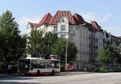 Mehrstöckige Gründerzeit Wohnblocks, Bushaltestelle mit Bus der HVV an der Fuhlsbüttler Strasse.