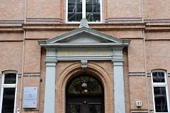 Eingang Volksschule, erbaut 1889 - Hamburgs Architektur in Bildern - Fotos aus Hamburg St. Pauli.