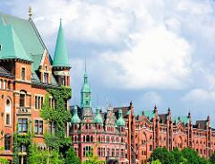 Historischer Teil des Hamburger Stadtteils Hafencity - neogotische Ziegelbauten - mit Kupfer gedeckte Giebeltürme.