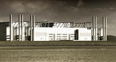 Blick auf die Industriearchitektur der Airbuswerke im Hamburger Stadtteil Finkenwerder - im Vordergrund das Mühlenberger Loch.