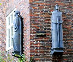 Skulpturen mit blauer Glasur - Hausfassade Klinkergebäude der 1930er Jahre in Hamburg Eppendorf.