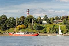 Feuerschiff Elbe 3 in Fahrt auf der Elbe vor dem Oberfeuer in Hamburg Rissen.