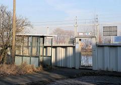Kontrollhäuschen des Hamburger Zolls am Fussgängerdurchgang im Freihafengebiet von Hamburg Waltershof.