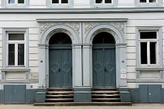 Hauseingänge eines historischen Wohngebäudes in Hamburg Ottensen - historisches Ensemble Klopstockstrasse - Baudenkmäler in Hamburg.