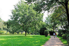 Parkanlage beim Rosengarten an der Elbchaussee von Hamburg Ottensen - Spazierweg durch die Grünanlage - im Hintergrund die Buchenhecke beim Rosengarten.