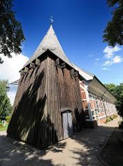 Hölzerner Glockenturm der Dreieinigkeitskirche Hamburg Allermöhe.