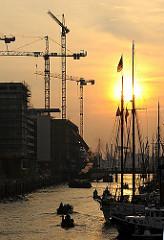Sonnenuntergang Hamburg Hafencity - Traditionsschiffhafen, untergehende Sonne.