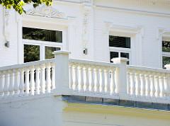 Weisses Gebäude - Balkon mit Säulen; Bilder aus dem Hamburger Stadtteil Barmbek Nord.