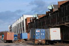 Lastwagen mit Containerladung - Sattelschlepper mit Containern am Dessauer Ufer. Moderne + historische Lagerhäuser.