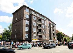 Wartende Menschen an der Bushaltestelle - Autoverkehr; Bilder aus dem Hamburger Stadtteil Hamm.