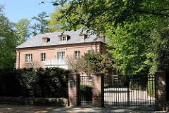 Leben in den Hamburger Vororten - Architektur in Hamburg Osdorf - Sievekingvilla, erbaut 1928 - Architekt Heinrich Amsinck.