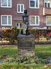 Wolfgang Borchert Denkmal - Eppendorfer Landstrasse, Bronzeskulptur Mutter mit Kind. Sagt Nein Mütter! Sagt Nein!