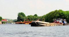 Ein Schubschiff mit Schute fährt in den Reiherstiegkanal ein - dahinter der Klütjenfelder Hafen und die Zufahrt zum Spreehafen in Hamburg Wilhelmsburg.